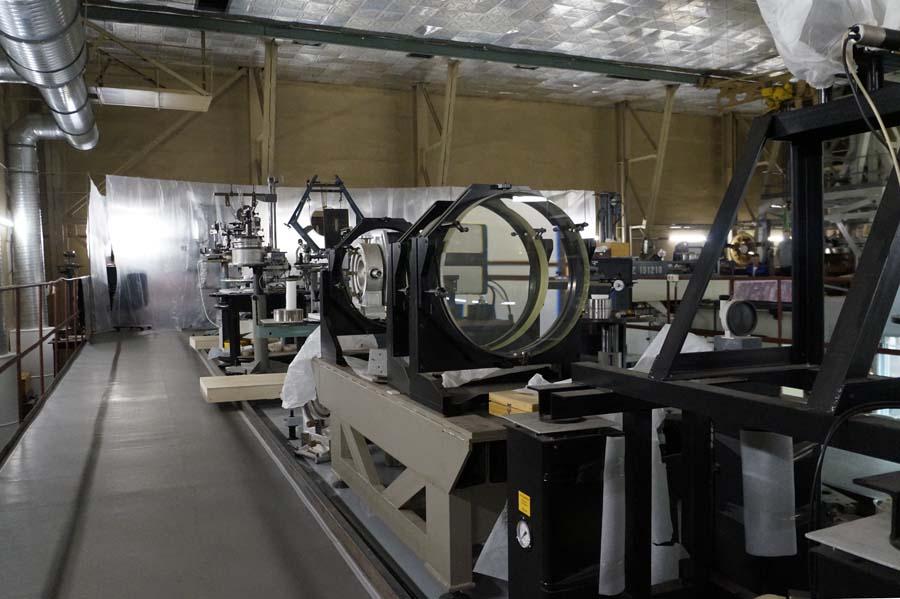 Лаборатории наполнены оборудованием для создания точнейшей оптики— досотых долей микрона