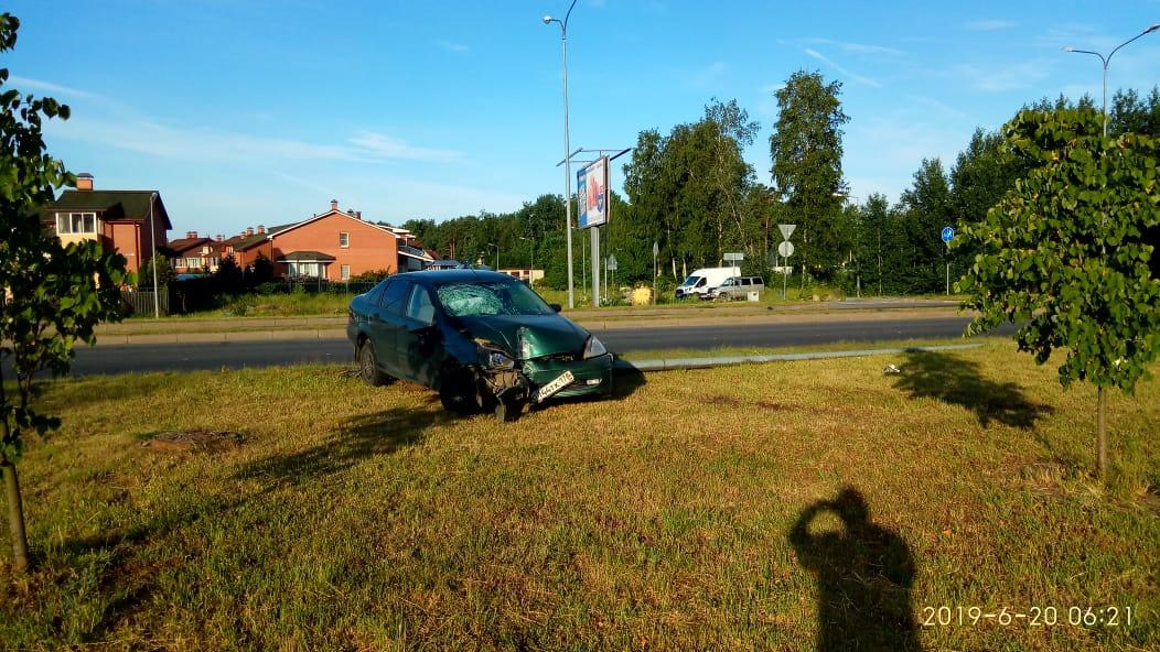 Напротив дома № 70 по улице Ленинградской легковушка вылетела на газон сбила фонарный столб.