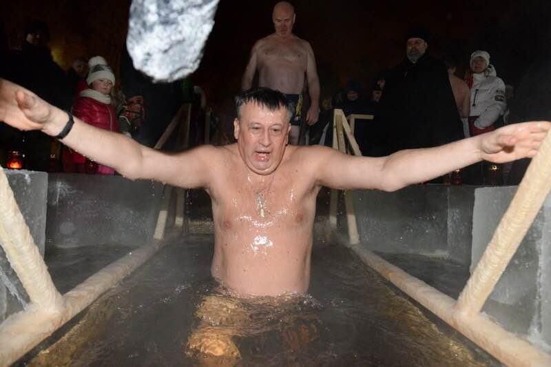 Губернатор Ленобласти поздравил жителей с Крещением и окунулся в прорубь