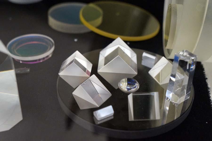 Винституте производят оптику самых разных форм, размеров исвойств